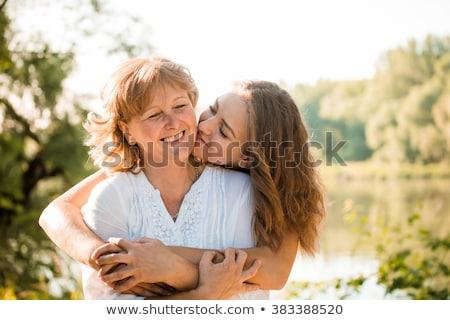 moeder · dochter · naar · camera · vrouwen - stockfoto © is2