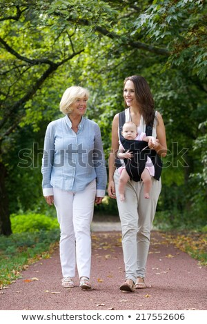 Grootmoeder kleindochter lopen park familie recreatie Stockfoto © dolgachov