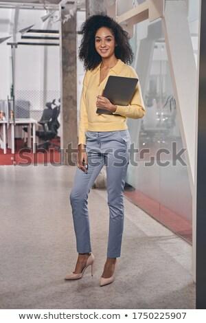 Kobieta stoją sam schowek pracownik biurowy zauważa Zdjęcia stock © robuart