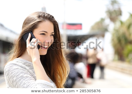 femme · attente · train · plate-forme · gare · parler - photo stock © photography33