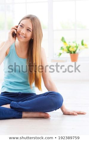 Délelőtt örvend hall csinos nő párbeszéd mobiltelefon Stock fotó © stockyimages