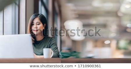 Femme d'affaires détente travail portable élégante banc Photo stock © dash