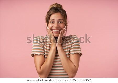 Obraz zadowolony brunetka kobieta 20s przypadkowy Zdjęcia stock © deandrobot