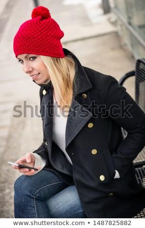 Kobieta telefonu czeka podmiejski pociągu miejskich Zdjęcia stock © Kzenon