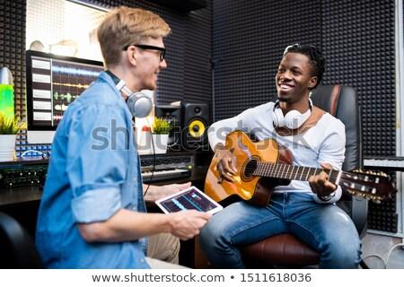 jóvenes · sonriendo · jugando · guitarra · escuchar · música - foto stock © pressmaster