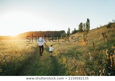 Fiatal apa fia szórakozás játszik zöld mező Stock fotó © julenochek