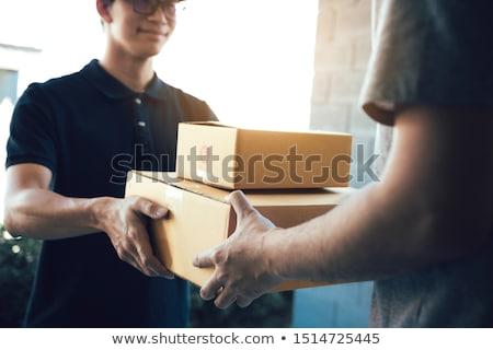 nő · aláírás · nyugta · házhozszállítás · csomag · közelkép - stock fotó © elnur