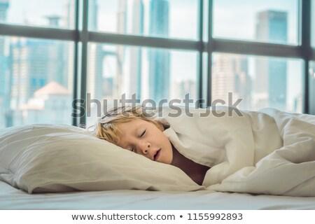 Stock fotó: Mosolyog · fiú · ágy · felfelé · nagy · város