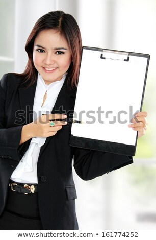 Fiatal ázsiai üzletasszony tart vágólap portré Stock fotó © williv