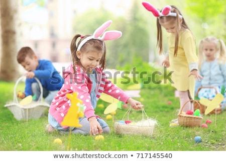 Stok fotoğraf: çocuklar · easter · egg · hunt · tavşan · çayır · bahar · ön · plan