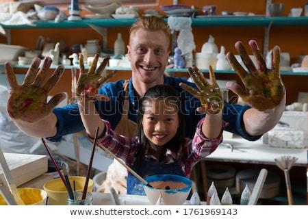 Mannelijke meisje tonen geschilderd handen aardewerk Stockfoto © wavebreak_media