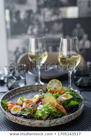 Vers gezonde salade witte wijn houten tafel top Stockfoto © karandaev