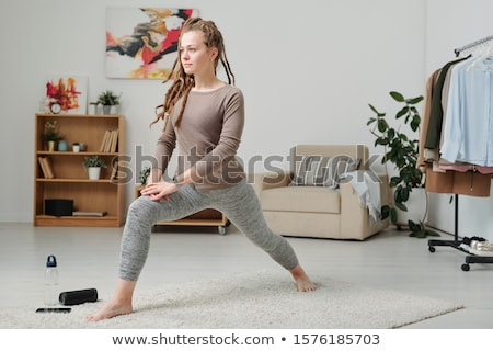 小さな 裸足 女性 ストレッチング 脚 行使 ストックフォト © pressmaster