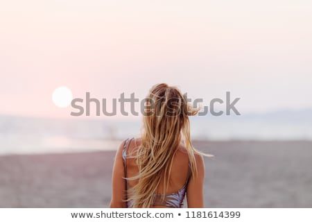menina · barriga · perfurante · metade · cedo · sol - foto stock © dash