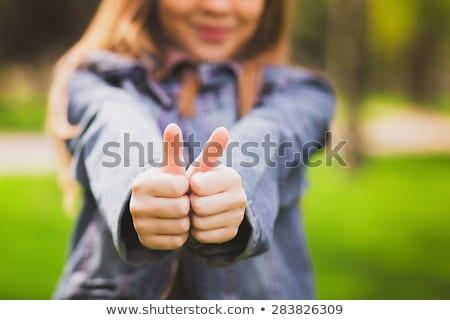 Mooie jonge vrouw permanente tonen teken Stockfoto © bmonteny