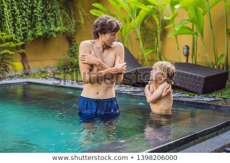 Vader zoon bevroren zwembad koud water Stockfoto © galitskaya