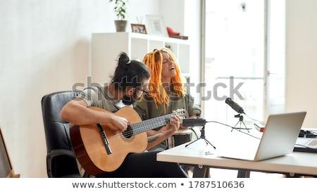 Stok fotoğraf: Adam · oynama · gitar · kadın · şarkı · söyleme · ev