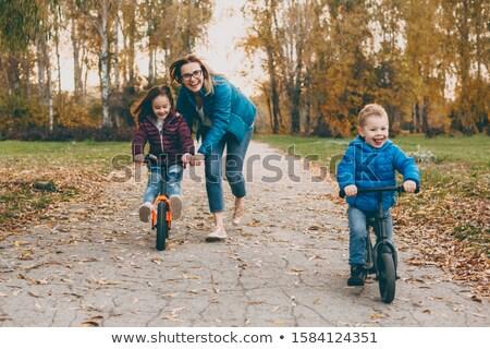 二人の男性 · バイク · 屋外 · 笑みを浮かべて · 女性 · 幸せ - ストックフォト © paha_l