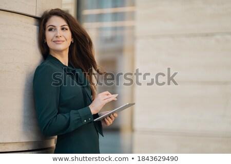 Atrakcyjny młodych piękna przedsiębiorca uśmiechnięta kobieta patrząc Zdjęcia stock © snowing