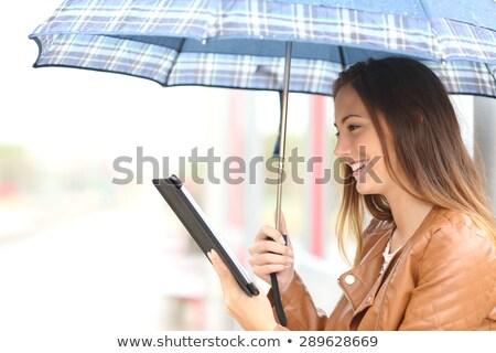 Tienermeisje ebook lezer buitenshuis meisje boek Stockfoto © AndreyKr