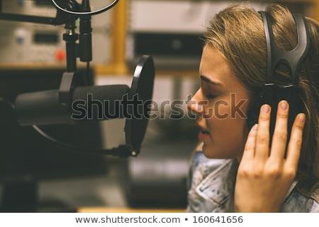 csinos · énekes · lány · mikrofon · kéz · néz - stock fotó © kalozzolak