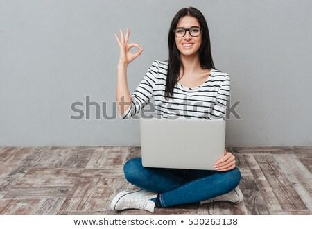 Güzel genç kadın dizüstü bilgisayar kullanıyorsanız tamam jest Stok fotoğraf © deandrobot