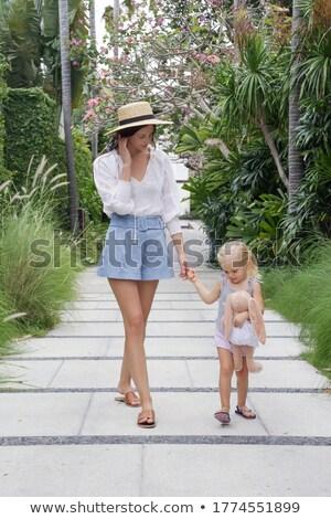 retrato · nina · funny · sombrero · padre · madre - foto stock © elenabatkova
