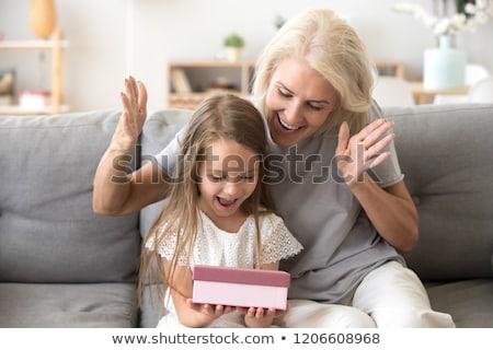 Grootmoeder kleindochter verjaardag geschenk familie Stockfoto © dolgachov