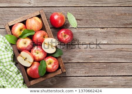 Olgun kırmızı elma tablo yeşil yaprakları gıda doğa Stok fotoğraf © inaquim