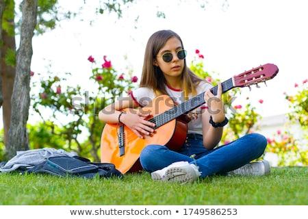 Hermosa morena jugando guitarra acústica foto mujer Foto stock © sumners