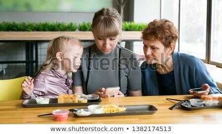 Três crianças olhando telefone móvel tecnologia diversão Foto stock © IS2
