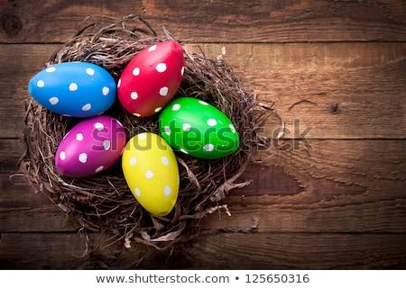 œufs de Pâques paille nid table en bois Pâques confiserie Photo stock © dolgachov