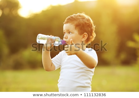 spragniony · dziecko · woda · pitna · butelki · dzieci · chłopca - zdjęcia stock © photography33