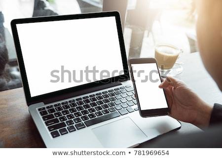 vrouw · met · behulp · van · laptop · coffeeshop · glimlachende · vrouw · computer · voedsel - stockfoto © monkey_business