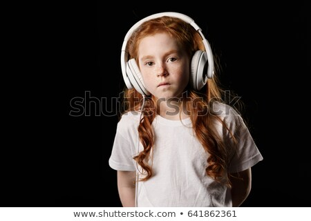 retrato · elemental · colegiala · escuchar · música · auriculares - foto stock © lightfieldstudios
