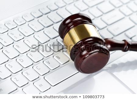 裁判官 · 小槌 · ノートパソコンのキーボード · クローズアップ · 木製 · ビジネス - ストックフォト © andreypopov