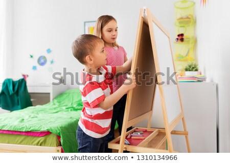 Szczęśliwy dzieci rysunek sztaluga pokładzie domu Zdjęcia stock © dolgachov