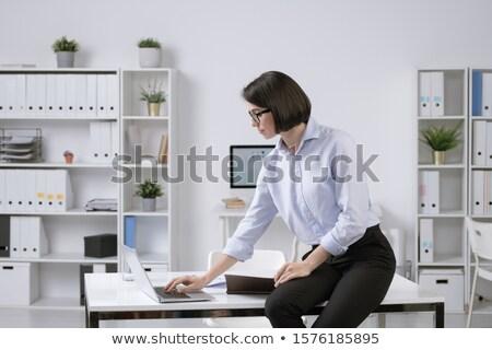 Fiatal elegáns üzletasszony ül asztal görbület Stock fotó © pressmaster