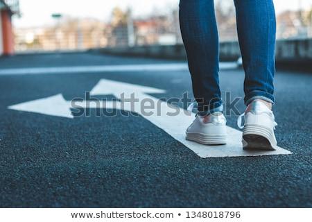 Foto d'archivio: Decisione · uomo · 3d · piedi · cartello · abstract · strada