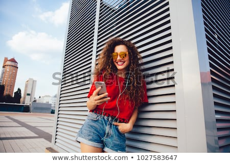 魅力的な 若い女性 イヤホン 立って 通り 見える ストックフォト © deandrobot