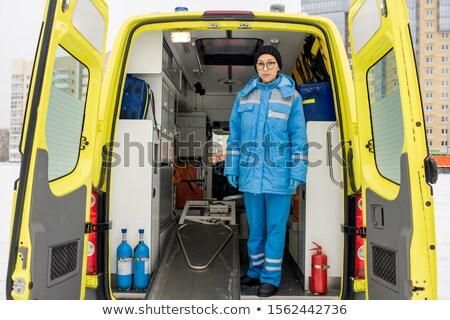 Jonge vrouwelijke paramedicus uniform permanente lege Stockfoto © pressmaster