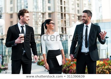 Foto d'archivio: Tre · uomini · d'affari · riunione · computer · ufficio · felice