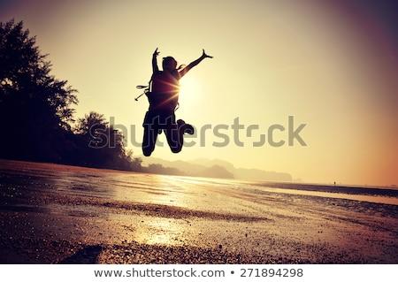 vrouw · wandelaar · armen · genieten · strand · zee - stockfoto © blasbike