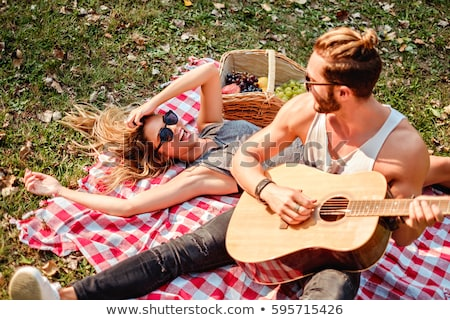 vrienden · spelen · gitaar · picknick · zomer · park - stockfoto © dolgachov