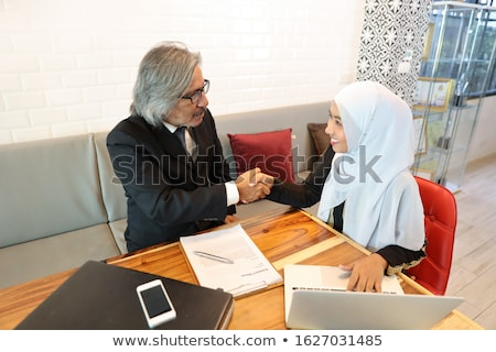 Muzułmanin business woman mówić piękna uśmiech biuro Zdjęcia stock © szefei
