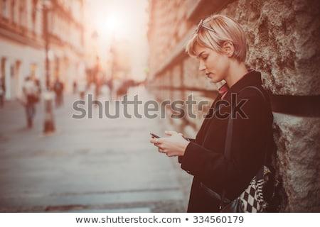 bella · piedi · cellulare · strada · sereno - foto d'archivio © boggy