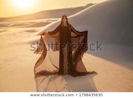 mulher · jovem · caminhada · deserto · belo · sorrir · paisagem - foto stock © swimnews