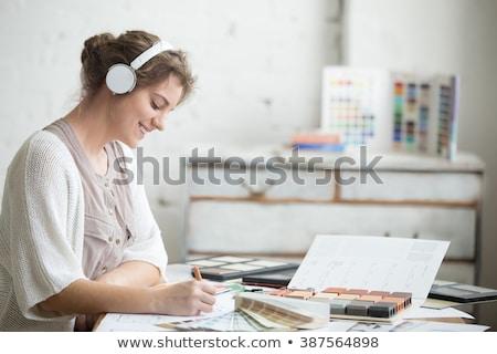 Donna d'affari ascoltare musica bella felice ascolto podcast Foto d'archivio © phakimata
