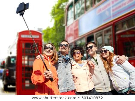 Vrienden smartphone Londen straat reizen toerisme Stockfoto © dolgachov