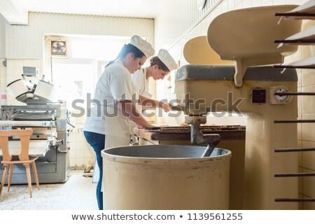 Baker femme bretzels pain travaux nuit Photo stock © Kzenon